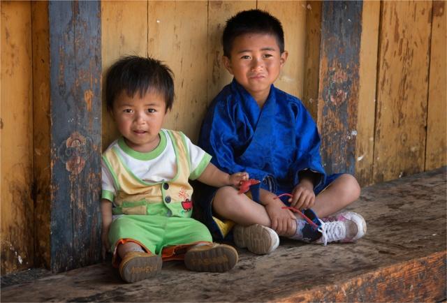 Boys-Punakha-Dzong-Festival-BHU026-17x25
