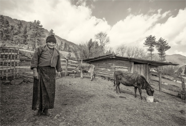 Old-Lady-Trongsa-Valley-BHU0103M-17x25