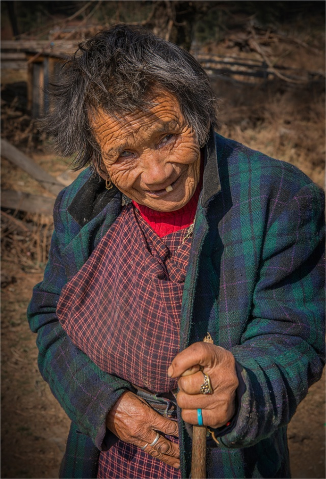 Old-Lady-Trongsa-Valley-BHU0107-17x25